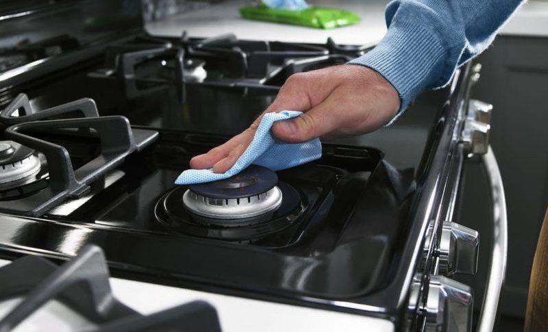 La acumulación de grasa puede derivar a que se forme cochambre en tu estufa y limpiar todo ese exceso es más fácil de lo que crees y sin rallarla.