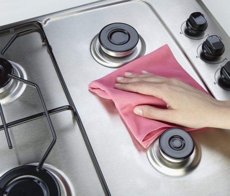 En el uso diario, es inevitable que tus electrodomésticos o fregaderos sufran rasguños ocasionalmente. Afortunadamente, la misma susceptibilidad que permitió que ocurriera el rayón será fácil de eliminarlo mediante varias técnicas.