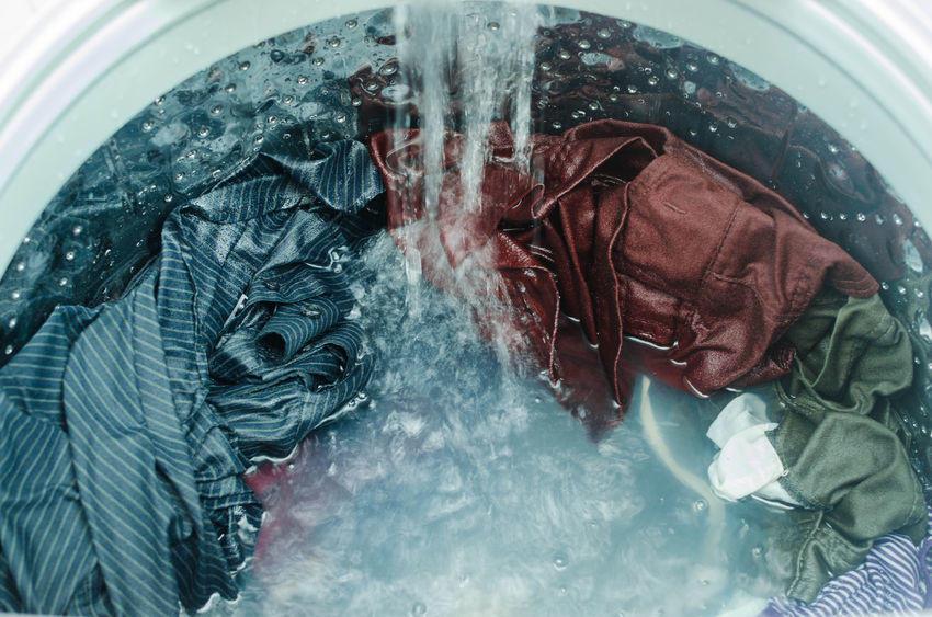 Usar agua caliente o fría al lavar la ropa puede tener diferentes efectos